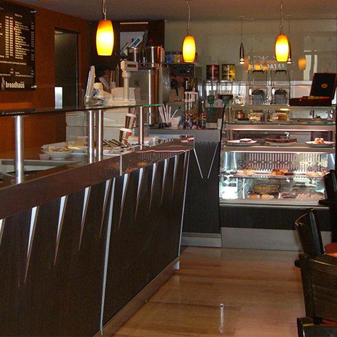 Mobiliario comercial diseo fabricacin e instalacin de - Mobiliario de un bar ...